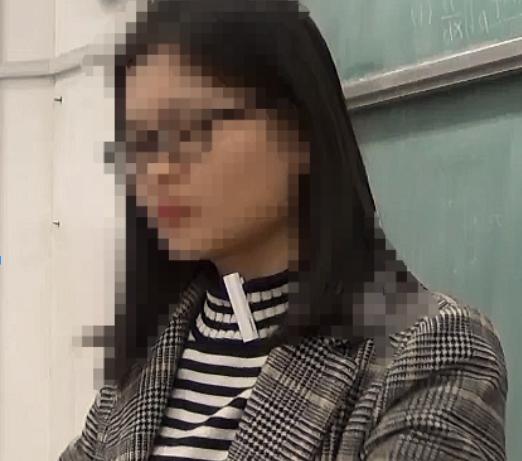 第二步:老师上课时佩戴在衣领上,讲课内容将通过蓝牙麦克风进行拾音